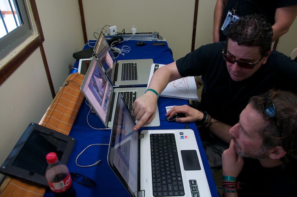 Lusmi Sánchez, técnico de luces, con Juan Lurguie tratando de resolver un problema con la construcción de la estructura del mapping... vamos, que estaba mal, pero lo resolvieron sin problemas.