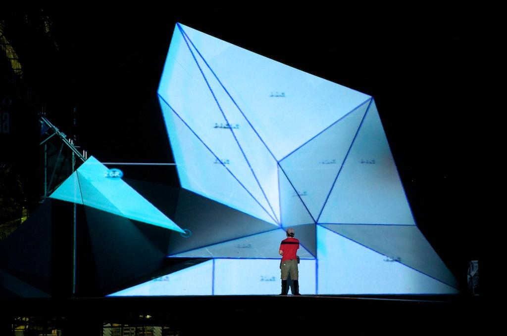 En el control, Ramón Luna ajustando triángulos en MadMapper, Davo Segura sobre el escenario indicandole las ubicaciones corectas.