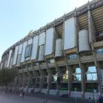 Fachada del estadio con telas de apoyo para la proyección