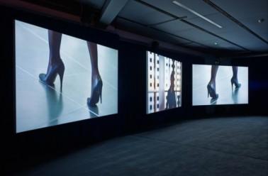 PLAYTIME , 2013. Instalación en 3 pantallas ultra HD con 5.1 sonido surround (Vista de la instalación, Isaac Julien Studio, noviembre 2014). Foto: Stephen White